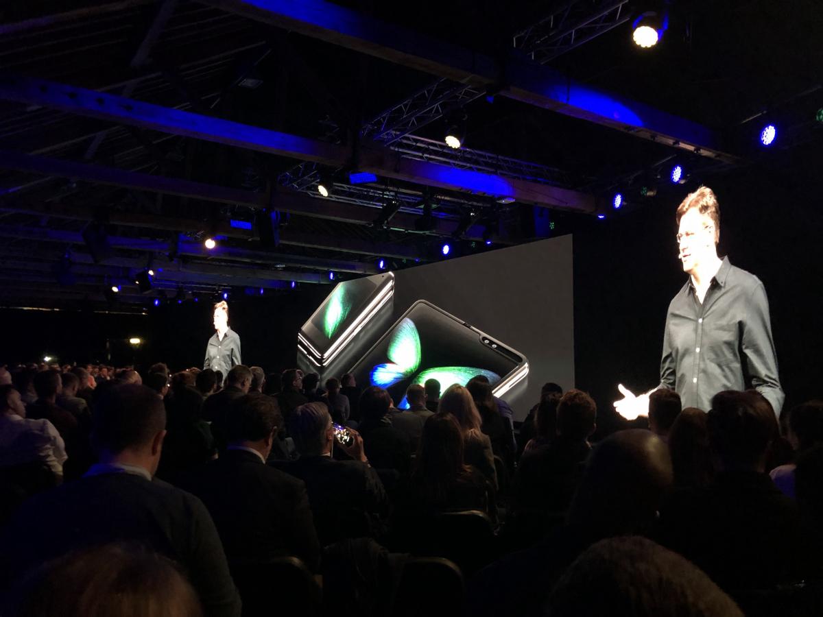 Samsung are probleme cu telefonul pliabil înainte de lansarea oficială
