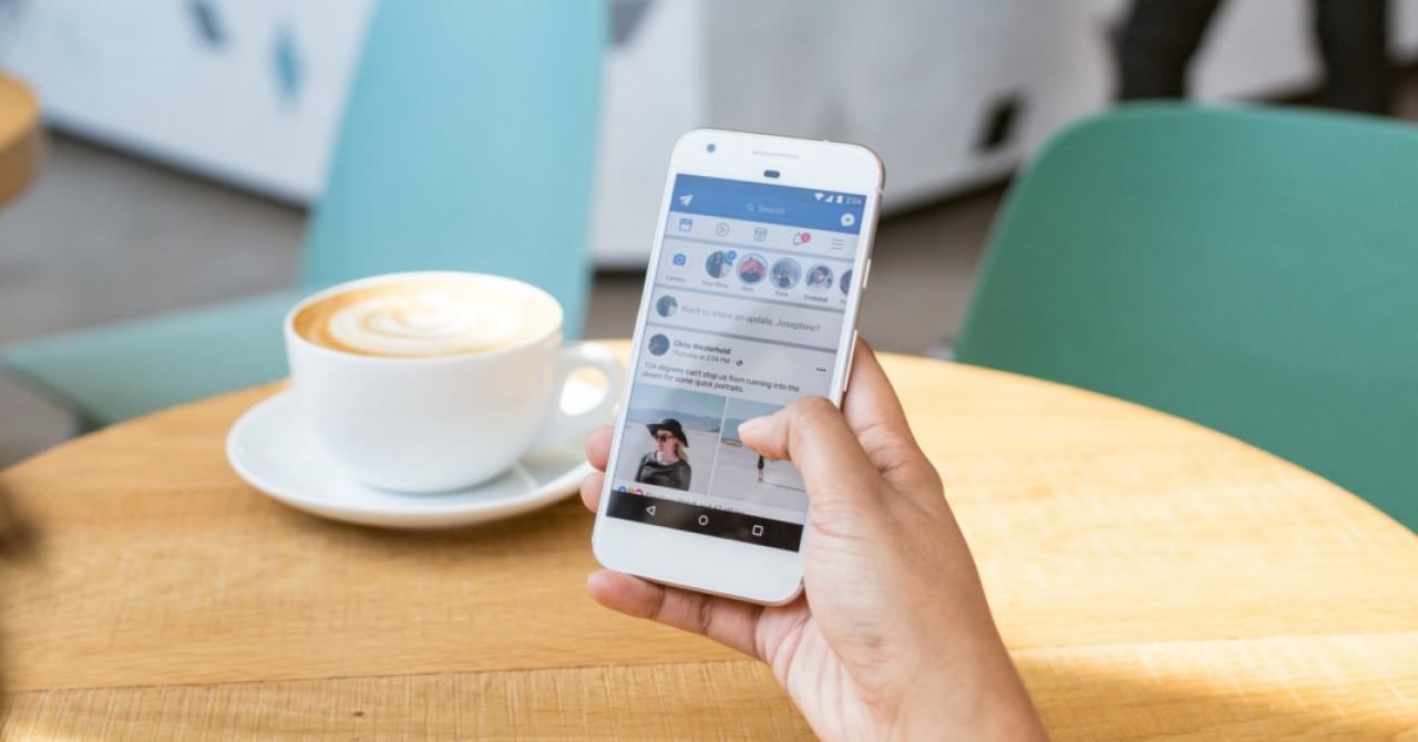 Facebook schimbă newsfeedul și mai renunță un pic la albastru