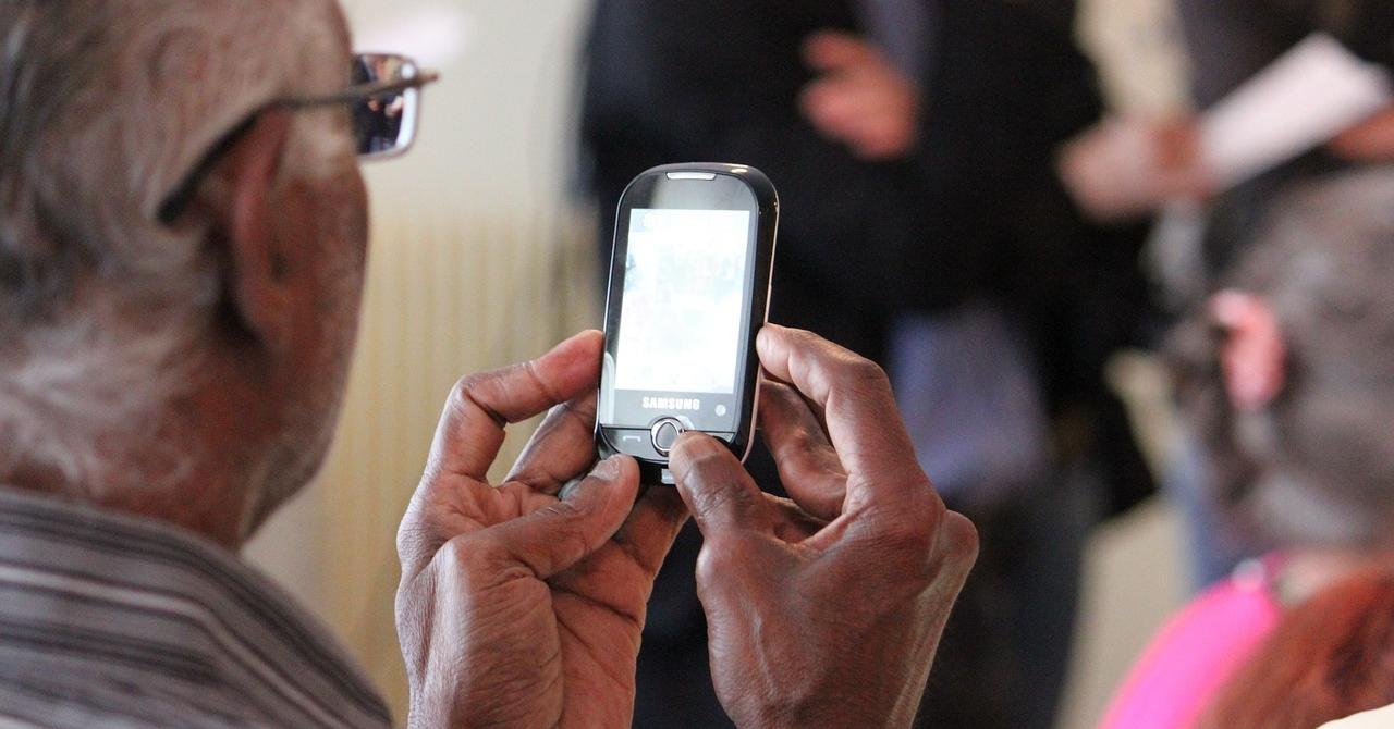 Telefoane pentru seniori, cu ecran mare și baterie rezistentă