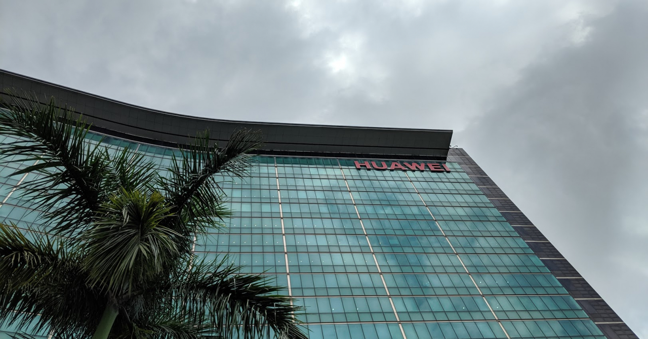 Linia de producție Huawei P30, locul care scoate 100 de telefoane/oră
