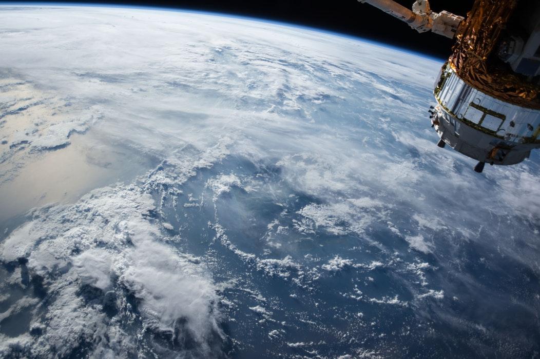 Două grupuri de companii din Europa și SUA vor produce sateliți