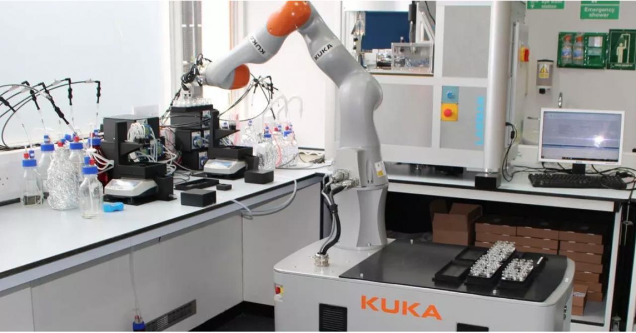 """Robotul cercetător, pe """"baricade"""" în laborator: lucrează singur în pandemie"""