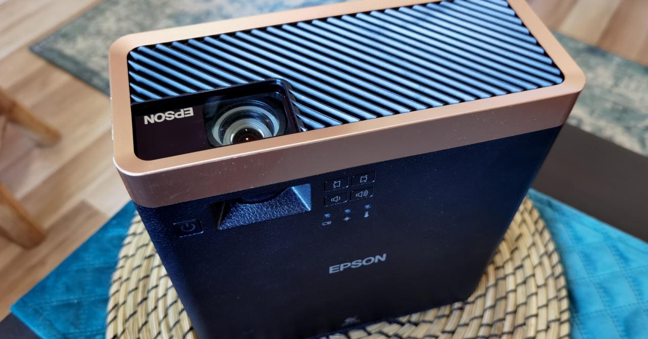 Review Proiector Epson EF-100B: Cinematograf portabil cu luminozitate ridicată