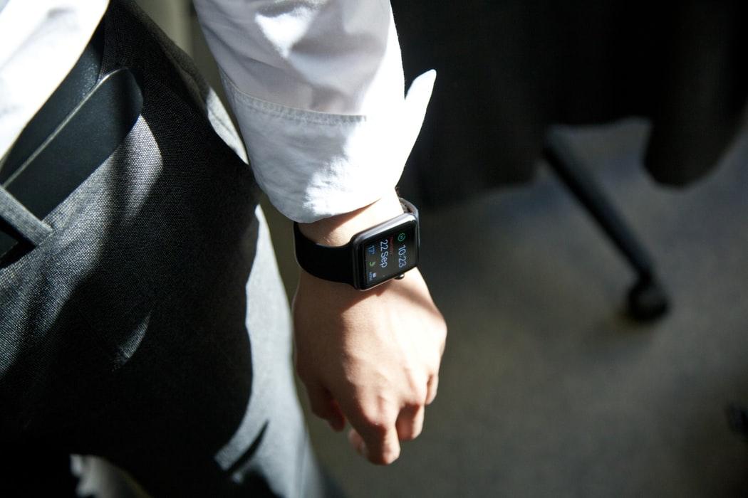 eMAG Black Friday: ceasuri smart care-ți eliberează mâinile de telefon