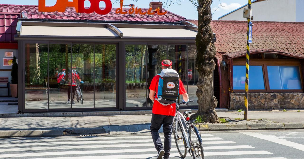 Franciza Dabo, 22% scădere: Mesele strânse, clienții mâncau pe bordură