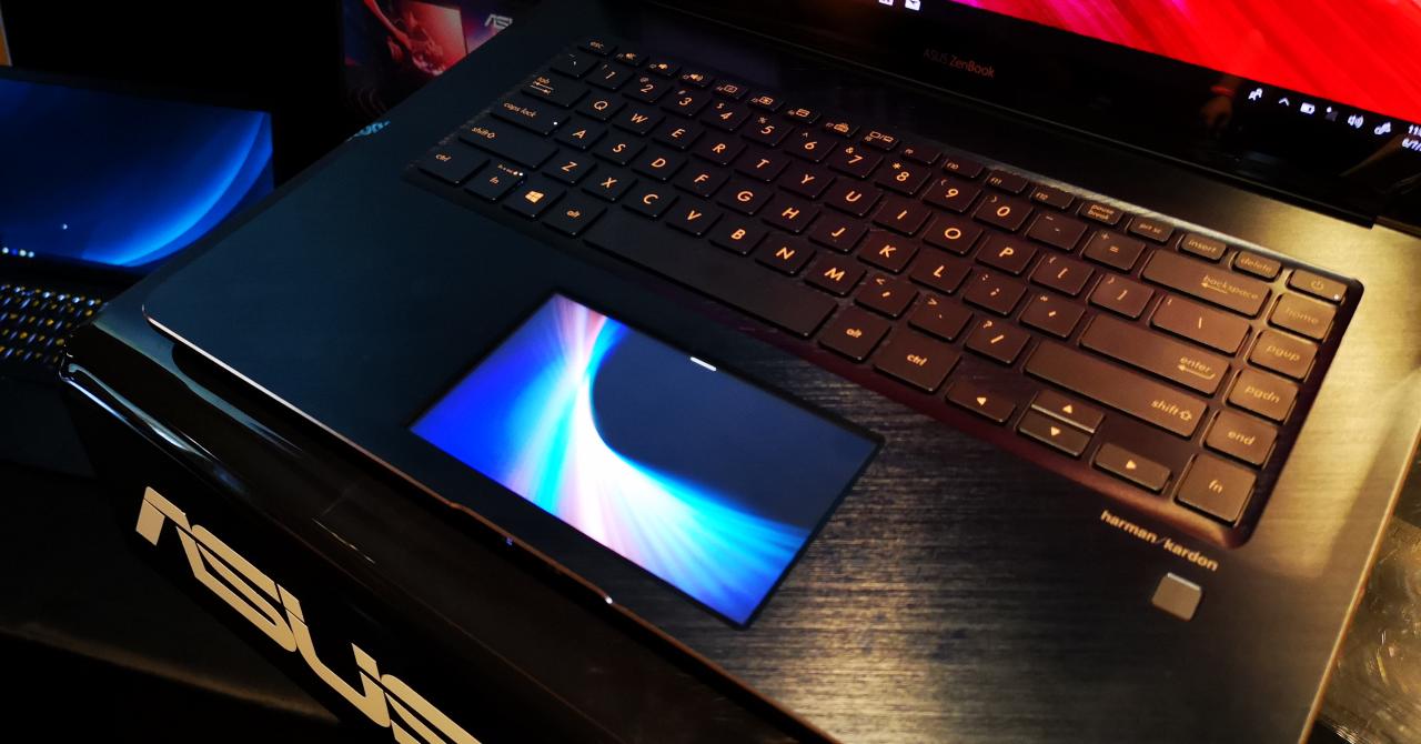 Laptopul ASUS cu touchscreen în loc de trackpad, prezentat în România