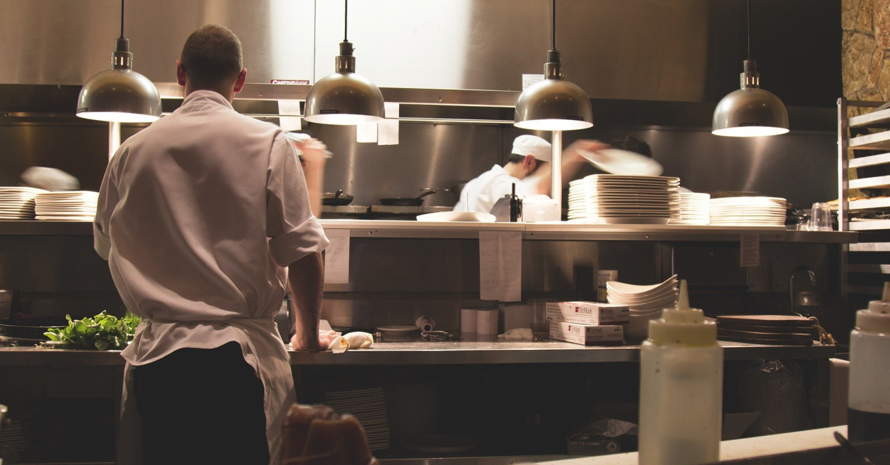Redeschidere restaurante: regulile ce vor fi respectate și data estimată