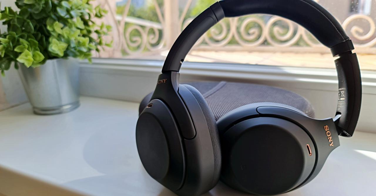 REVIEW Sony WH-1000XM4: același design, conectivitate îmbunătățită