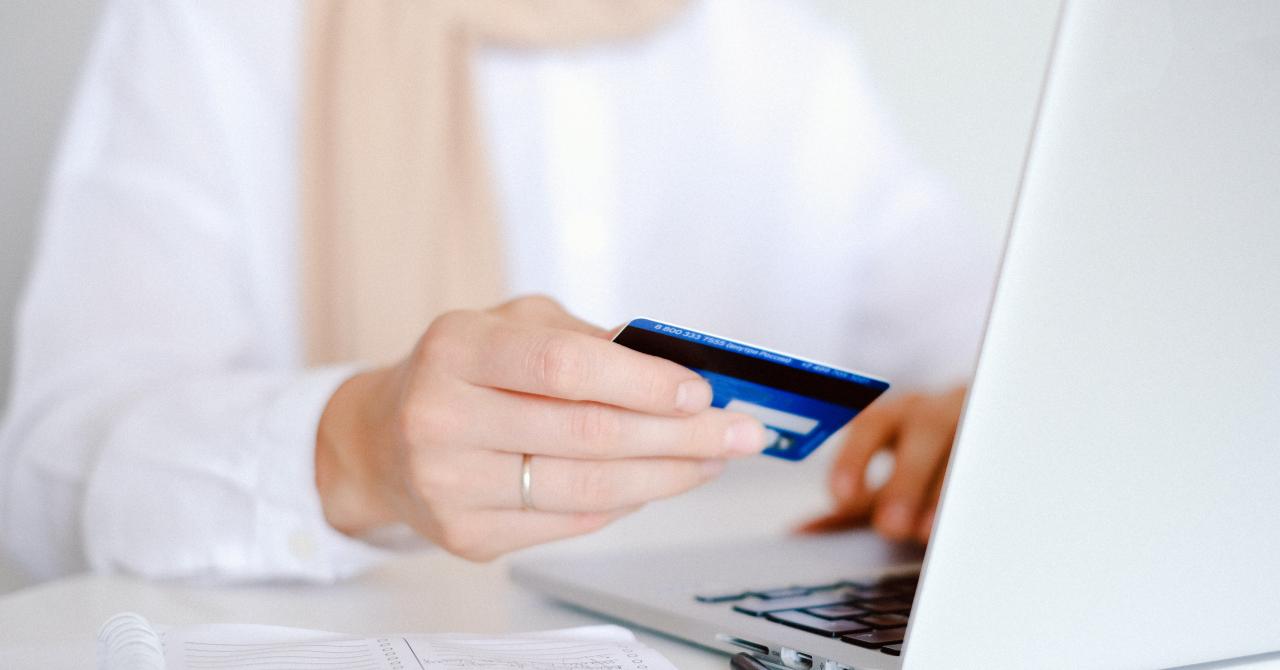 Românii cumpără online chiar dacă nu mai au restricții: +80% în eCommerce