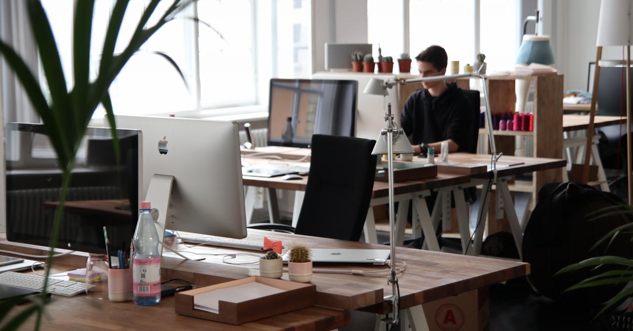La un an de pandemie, 55% dintre angajați lucrează de la birou