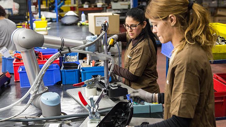 Roboții și locurile de muncă: noi joburi și salarii mai mari