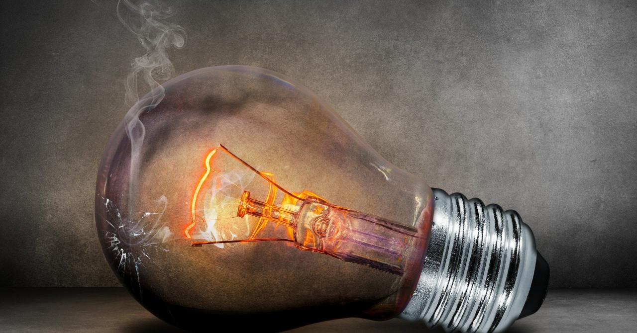 Cum donezi becurile arse din casă pentru digitalizarea elevilor din școală