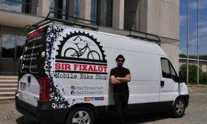 A lucrat în vânzări, a fost taximetrist în Londra, acum îți repară bicicleta în dubă. Povestea Sir Fixalot