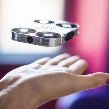 Cea mai bună sau cea mai proastă invenție în materie de gadgeturi - AirSelfie, cameră-dronă pentru telefon
