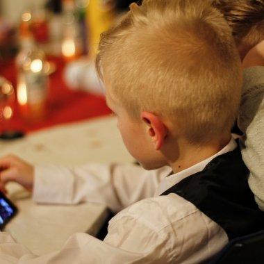 Cât timp petrec copiii pe telefon și calculator
