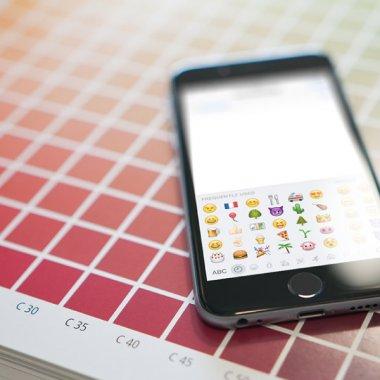 Cum ne mai cuceresc vedetele după brand emoji