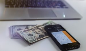 Online e mai ieftin: Cu cât plăteși mai mult cumpărând offline