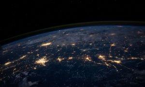 Nou record: Trafic lunar pe mobil cât pentru 5,5 milioane de ani