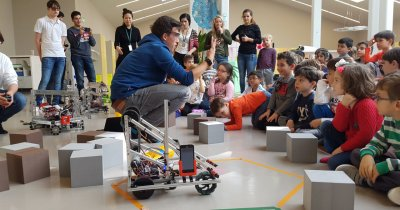 Elevii se luptă cu roboții la București