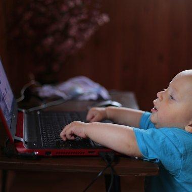 Copiii, dependenți de Internet: ce spun părinții
