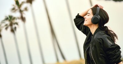 Dă muzica mai tare cu noile căști Extra Bass de la Sony
