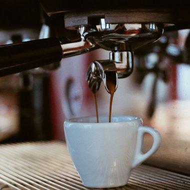Canicula topește prețurile: reduceri la aparate de cafea, până la 60%