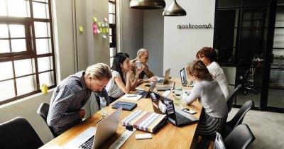 Românii pierd două ore la muncă din cauza colegilor cu chef de vorbă
