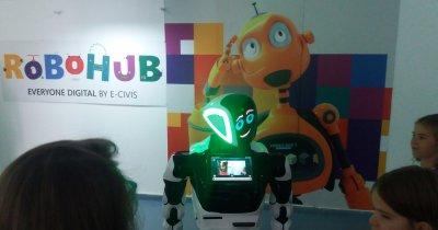 Cursuri de robotică asistate de patru roboți umanoizi