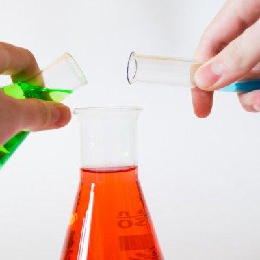 Coronavirus | Experimente de chimie predate săptămânal de echipa BASF