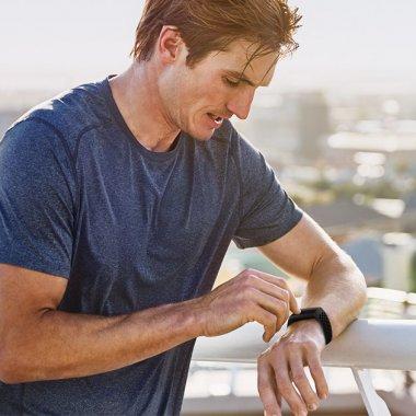 Fitbit Charge 4, tracker fitness cu Fitbit Pay și opțiunea de a controla Spotify