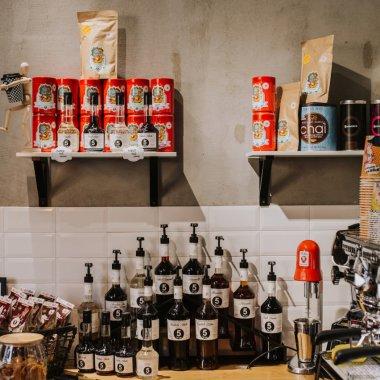 """5 to go redeschide cafenelele în regim de Drive Thru și """"to go"""". Ofertă 1+1"""