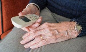 BCR permite activarea încasării pensiilor pe card printr-un apel telefonic