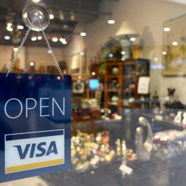 Comerț în pandemie: mulți români au făcut prima oară shopping online cu cardul
