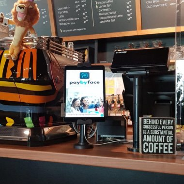 """Startup-ul românesc PayByFace permite """"plata cu selfie"""" cu cardurile Up România"""