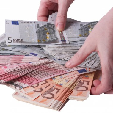 Transferuri de bani: cum cresc sumele trimise toamna din Diaspora
