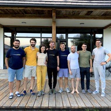 Anti-startup-ul din Iași care crește de 9 ani cu 8 oameni: povestea Pixelgrade