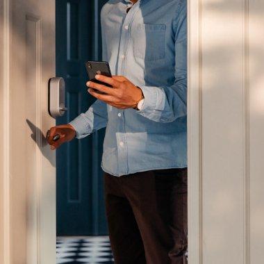 Yale lansează o încuietoare smart care-ți transformă telefonul în cheie