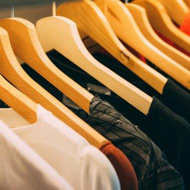 Cum să vinzi hainele pe care nu le mai porți și să primești banii imediat