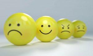 Pandemia a adus izolare, anxietate și depresie. Cum ajută terapia online?