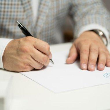 Cât de enforceable sunt clauzele prin care poți da afară un asociat din firmă?