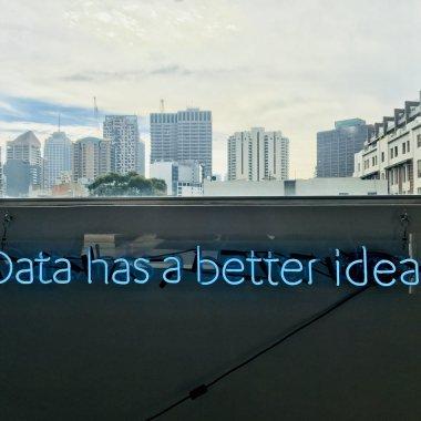 Peste 700 de ore de conținut gratuit de analytics și AI într-un program de master