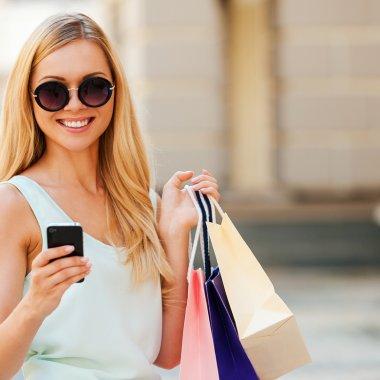 GLAMI: Românii, campioni europeni la cumpărături de haine de pe smartphone