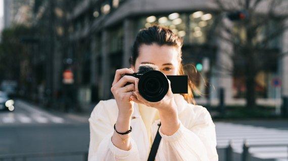 Sony lansează ZV-E10, cameră foto pentru vloggeri și creatori de conținut