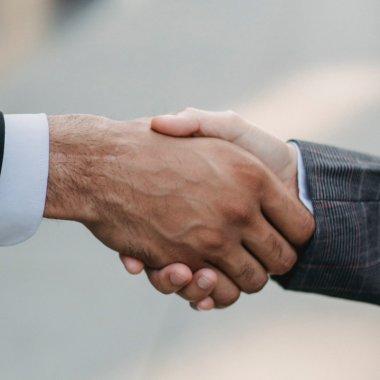 Parteneriat pe piața de eCommerce: evoMAG își va vinde produsele și pe Elefant