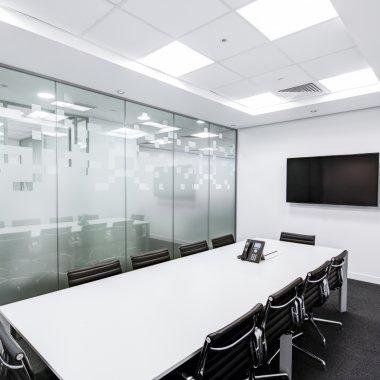 Munca în regim hibrid dăunează pieței imobiliare: situația spațiilor de birouri