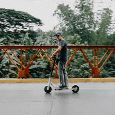 Reguli circulație trotinete electrice: nu mai au voie pe trotuar