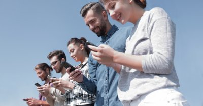 Românii cumpără telefoane mobile din ce în ce mai scumpe. Prețul mediu