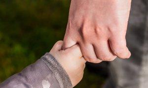 Cum își protejează părinții copiii de potențiale pericole online